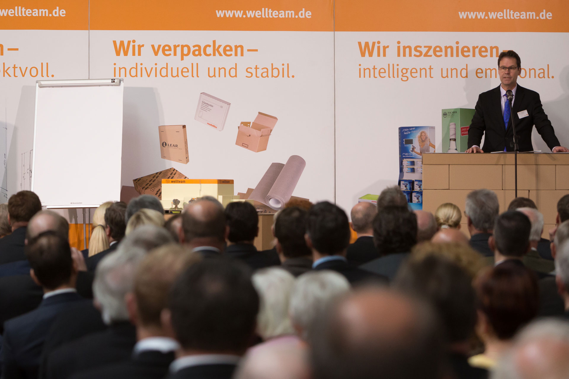Robert Wiehofsky hält eine Rede bei der Eröffnungsfeier der Firma Wellteam